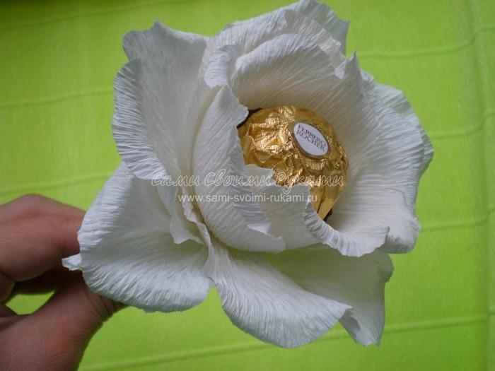 Цветы из гофрированной бумаги в корзине своими