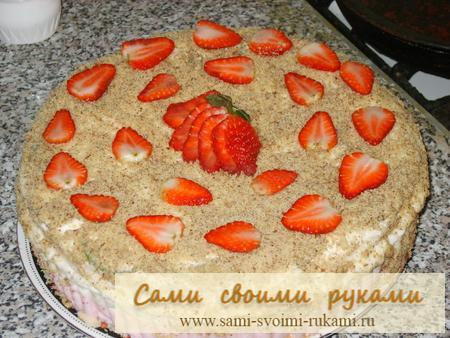 Клубничный бисквитный торт со сметанным суфле