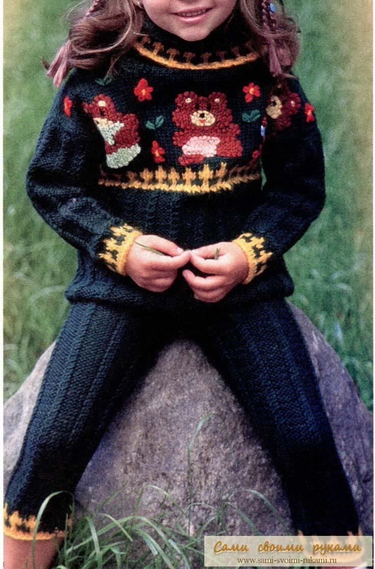 Детский вязаный костюм с вышивкой