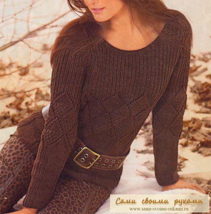 Коричневый пуловер с ажурными ромбами вяжем спицами