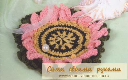Подставка под кружку в виде цветочка, вяжем крючком.