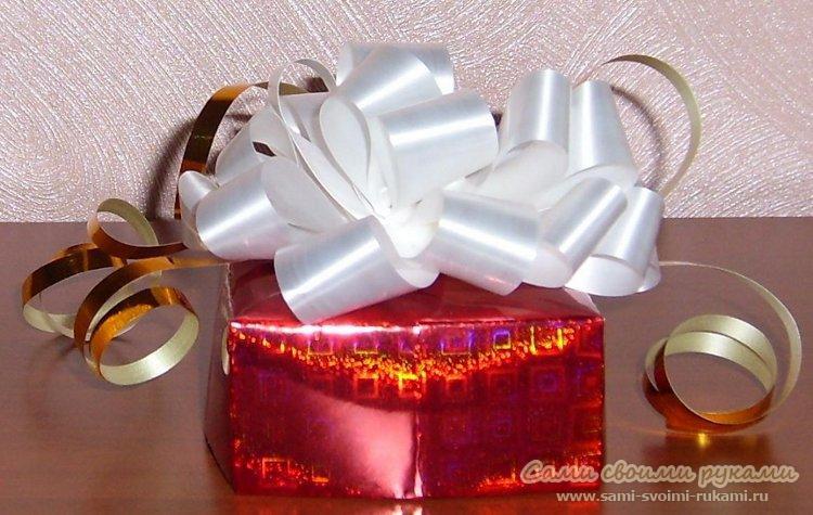 Можно наклеить бант (атласный, картонный), различные ленточки, нанести...  У нас вышла коробка для подарков своими...