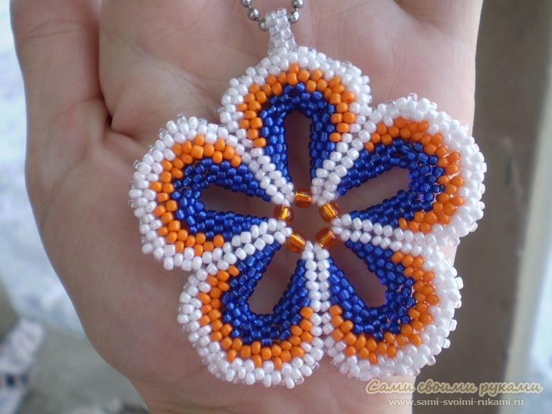 Кулон цветок из бисера