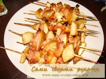 Креветки на шпажках с беконом и грушей