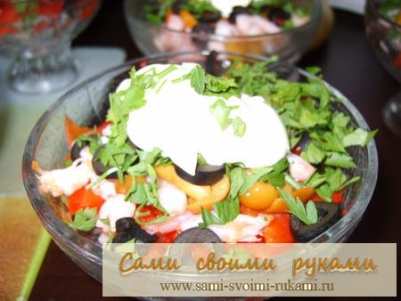 Салат порционный с креветками и ветчиной