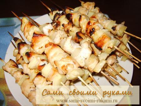 Курица с ананасами на шпажках - рецепт