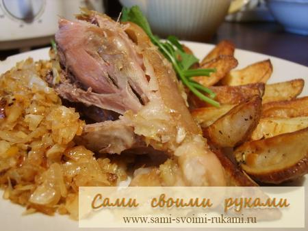 Свиная рулька с капустой и картошкой