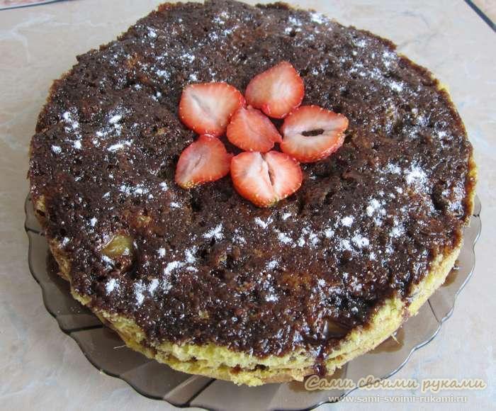 Торт в мультиварке с ревенем и клубникой