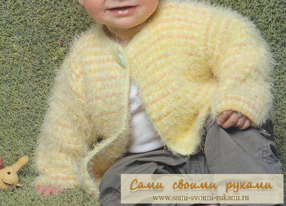 Желтый полосатый жакет на малыша вяжем спицами