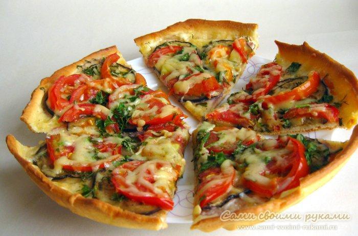 Пицца с баклажанами (зелень, помидоры, сыр)