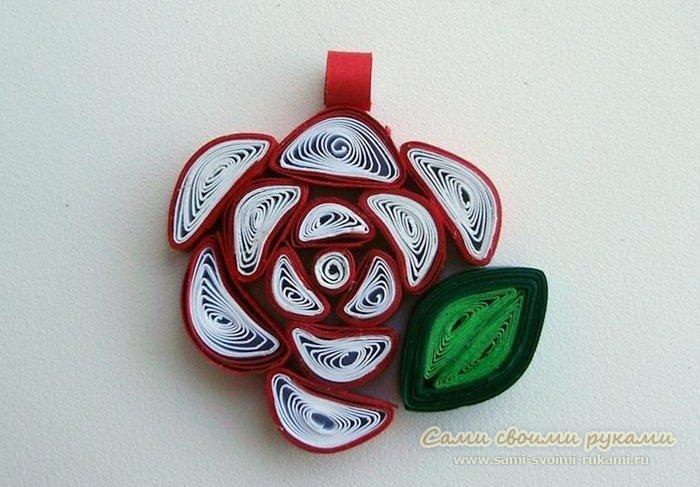 Роза в технике квиллинг - кулон