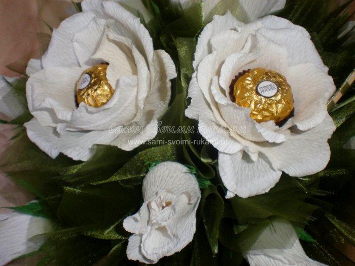 Как сделать букет из конфет - Белые розы в корзине