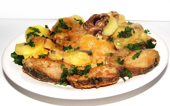 Запеченный хек с картофелем и грибами
