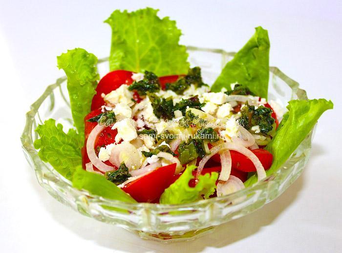 Салат из брынзы и помидор с заправкой из зеленого базилика