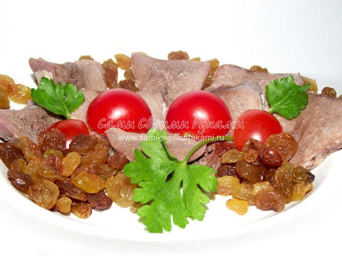 Свиной язык с помидорами и изюмом