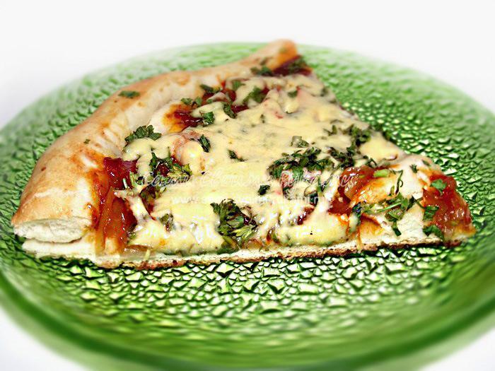 Пицца с креветками и зеленью