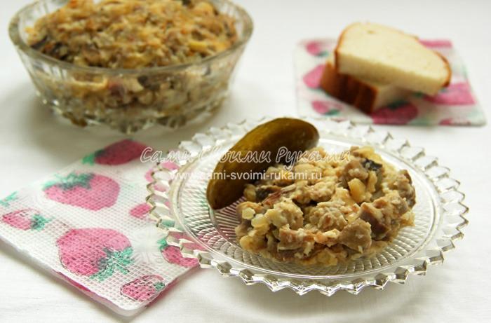 Теплый грибной салат с индюшатиной и со сметаной
