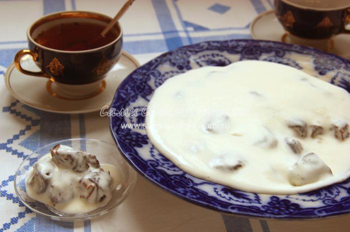 Чернослив с орехами под сметанным кремом, рецепт с фото