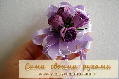 Браслет на руку из цветов и ленточек