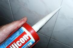 Укладка плитки и заделка швов в ванной - наш опыт с фото