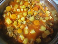 Густой суп с мясом, овощами и шампиньонами