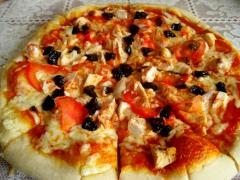 Пицца Капричиоза (куриное филе, чернослив, помидоры)