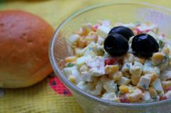 Крабовый салат (яйца, кукуруза, крабовые палочки)