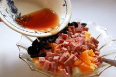 Салат из фруктов (дыня, апельсин, ветчина, маслины)