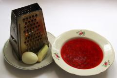 Горячий свекольник с яйцом и свежими огурцами