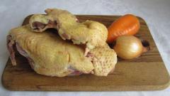 Тушеная утка с луком и морковкой