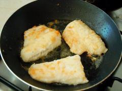 Судак жареный в сырно-сливочном соусе