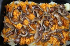 Печеная картошка с грибами и овощами в сметане