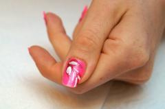 Маникюр розовым лаком, цветы Фуксии