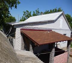 Беседка из кирпича, пристроенная к дому