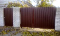 Забор из цветного профлиста с кирпичными колоннами