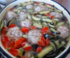 Рецепт легкого супа с красным болгарским перцем, баклажаном и мясными фрикадельками
