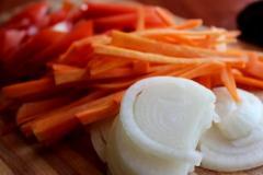 Вегетарианский фаршированный перец рисом и бобовыми
