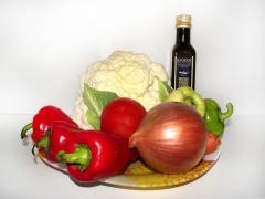 Овощное рагу с болгарским перцем, луком, цветной капустой и морковью
