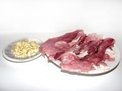 Запеченный свиной рулет с чесноком