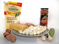 Рождественский салат из курицы, грибов и орехов