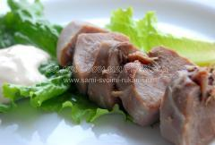 Вареный язык с пряным чесночно-майонезным соусом