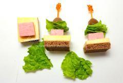 Канапе на шпажках (сыр, колбаса, оливки, хлеб)