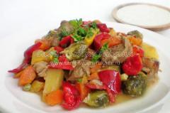 Рецепт запеченных овощей с мясом, приправленные чесночным соусом