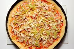 Простая пицца с овощами и куриным филе