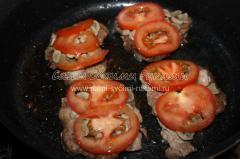Жареная свинина с шампиньонами, сыром и помидорами