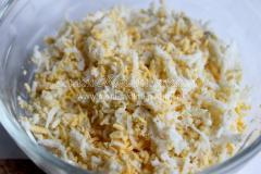 Тарталетки с черри, плавленным сыром и яйцами