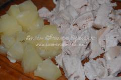 Подготавливаем курицу и ананасы