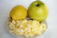 Порезанное яблоко полито лимонным соком