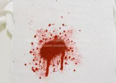 набрызгать на ткань капли красной краски