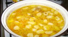 Куриный суп с яйцом и клецками